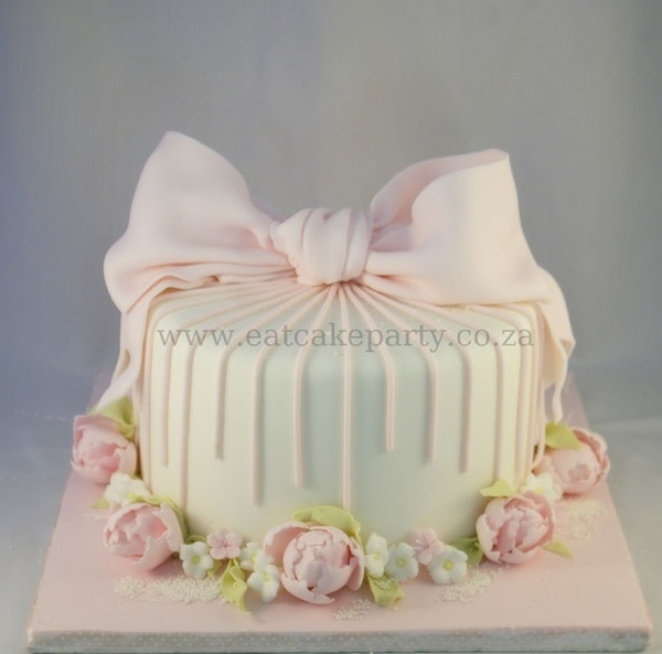 This would be a beautiful birthday cake for the princess!