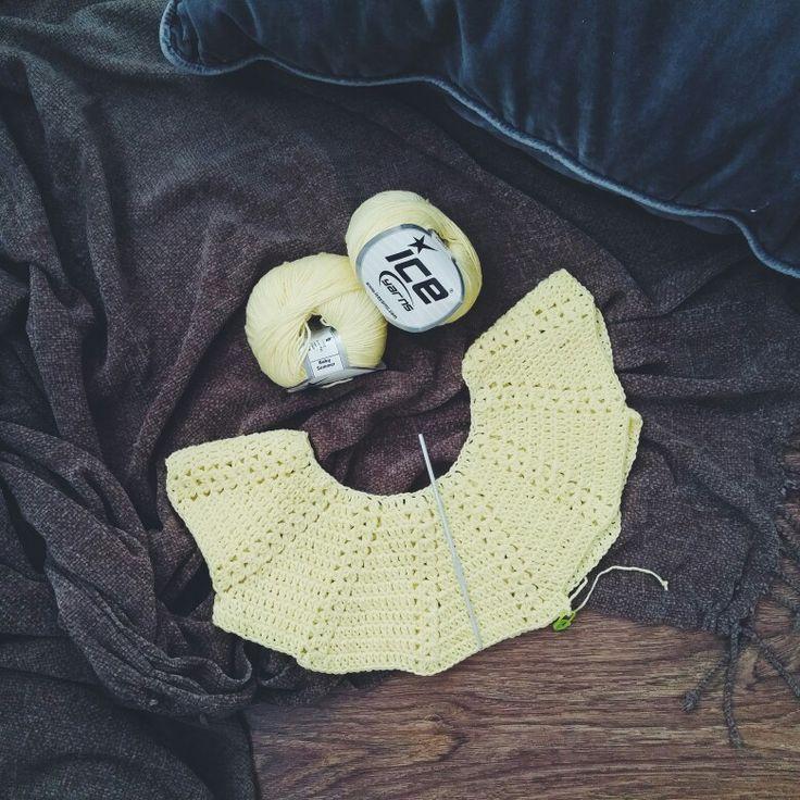Horgolt kislányruha. Horgolta: Gynka Manufaktúra gynkamanufaktura.wordpress.com Leírása: http://www.lanasyovillos.com/en/clothes/girl-dress