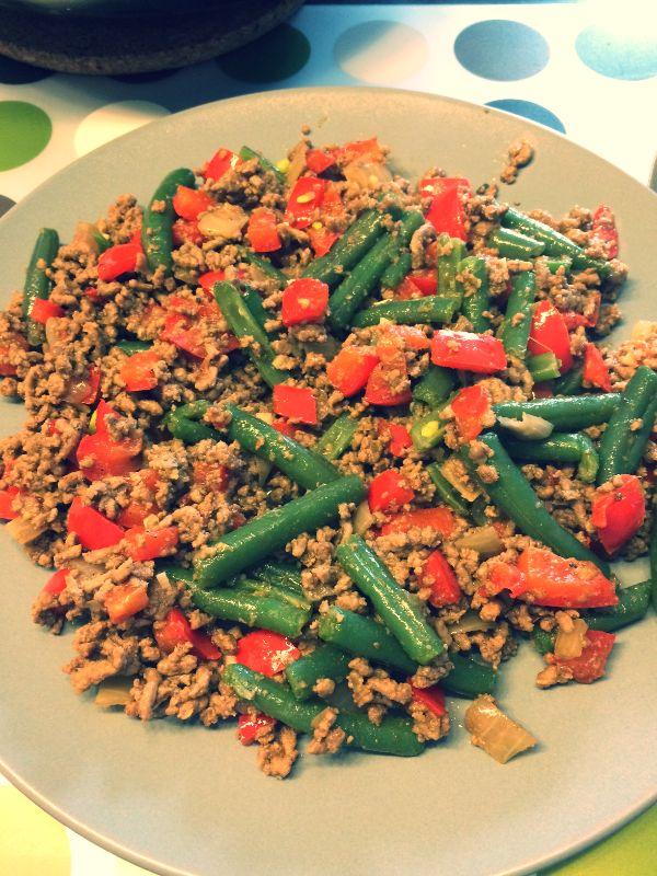 Ingrediënten   500 gr rundergehakt  200 gr sperziebonen  Rode paprika  1 ui  Teentje knoflook  Peper en zout naar smaak    Bereidin...