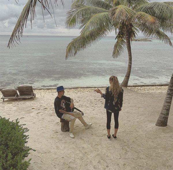 Justin Bieber Serenades Hailey Baldwin On The Beach — SeePic