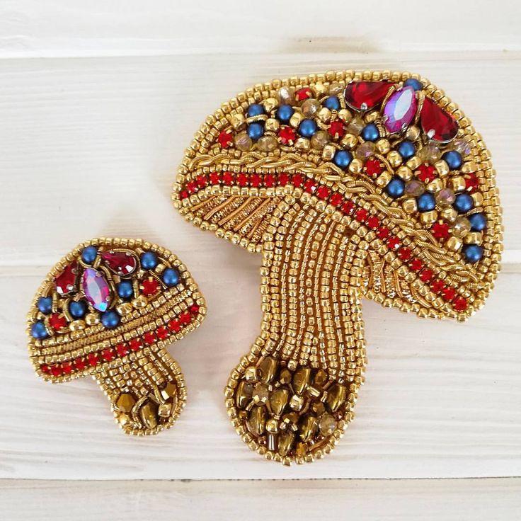 В продолжение грибной коллекции  Грибочки золотые  В работе использовала стразы и жемчуг Сваровски, шатоны, стразовую ленту, японский бисер, канитель, трунцал и чешские бусинки.☀️ Броши выполнены на заказ  ------------------------------------------------------------------ #брошьгриб #грибы #грибнойсезон #брошь #брошка #парныеброши #модаистиль #стильныеукрашения #модныйаксессуар #авторскаявышивка #ручнаяработа #хендмейд #российскиедизайнеры #хендмейдиедизайнерыия #вышитыеброши #...