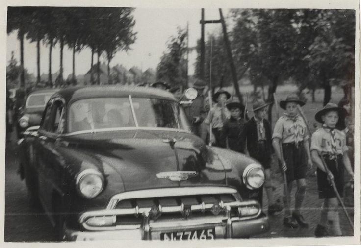 Breugel, inhuldiging van pastoor van de Werff : de stoet met auto's wordt begeleid door de lokale padvinderij - Auteur: niet vermeld - 1953