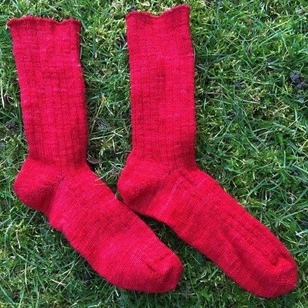 Tuto vidéo : tricoter des chaussettes en commençant par la pointe, qui tiennent bien au pied grâce aux côtes 3/1, un point naturellement élastique.