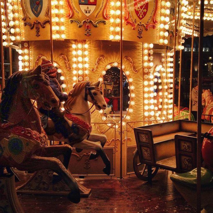 Vino să ne dăm în carusel, să simțim vântul cum ne mângâie chipul.  Fotograf: Szidi Szél