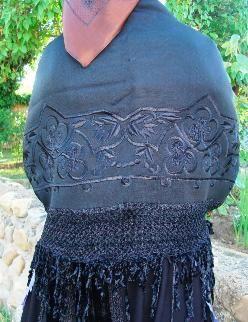 Manton de abrigo rectángular, doblado y cosido; tejido en lana, con una gran greca bordada en seda con motivos florales y moco de pavo y cerras de tirabuzón, tambien de seda; se estrenaba el día de la boda cuando ésta tenía lugar en invierno.Velilla de la Reina, León