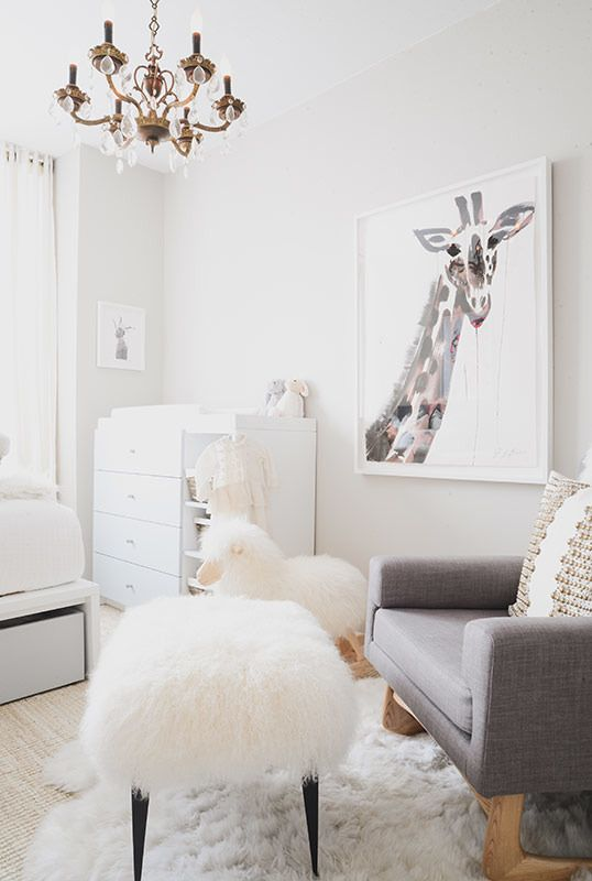 nursery | love the textures and the giraffe | Photography: Claire Esparros - instagram.com/claireesparros/