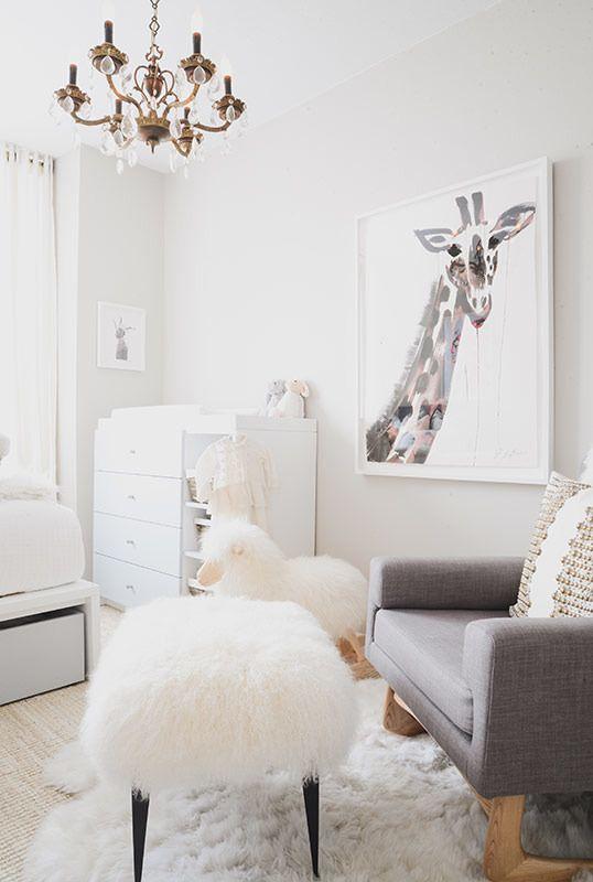 nursery | love the textures and the giraffe | Photography: Claire Esparros - instagram.com/claireesparros/