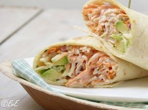 Zomerse wrap gevuld met gerookte kip, avocado, wortel, uit en een mayonaise-yoghurtdressing. Heerlijk als lunch, diner of bij de picknick.