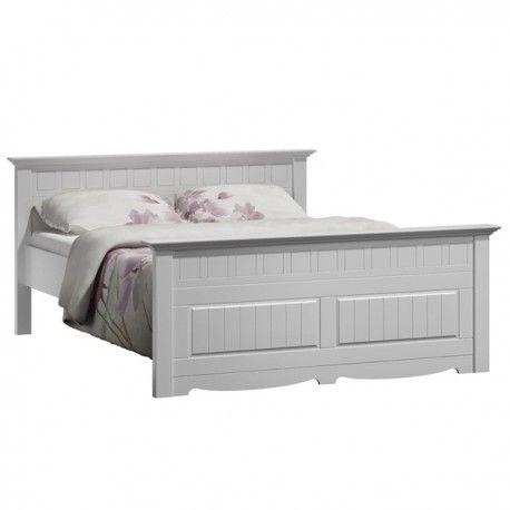 Bílá postel do ložnice Belluno Elegante je jedinečný kus nábytku. Je navržena tak, aby byla krásná a solidní. Postel je vyrobena znezvykle trvanlivého dřeva finské borovice, jež je současně nejlepší na trhu.