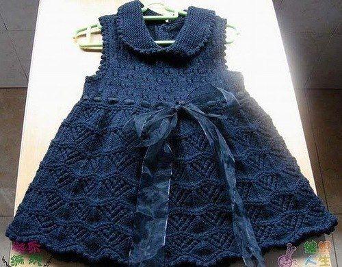 Синее платье с ленточкой связано спицами. Вязаные платья для девочек спицами