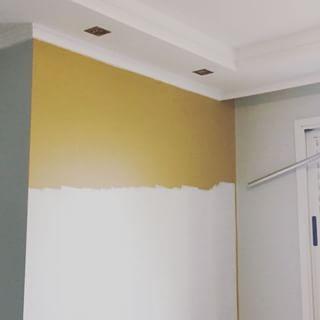 Finalmente ADEUS cor mostarda!  Na época que resolvi pintar eu amei, mas sou do tipo de pessoa que enjôo fácil de cores marcantes, prefiro o básico branquinho e cinza mesmo! ☺️☺️☺️ Assim que finalizar a decoração dessa parede mostro pra vcs!  #apêdabrunadalcin #antesedepois #decor #decoracao #tinta #branco #cinza #parede #apartamento #meuapê #meuape