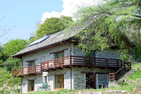 Torchio Trilo Quattro  Dit vakantiehuis heeft een natuurrijke ligging nabij het Lago Maggiore. Het is een rustiek huis typerend voor de regio. Het huis is gerenoveerd en verdeeld in vier appartementen. Je verblijft in een eenvoudig maar functionele woning. Sommige binnenmuren tonen de ruwe stenen. Als gast mag je tevens gebruik maken van een grote tuin met volop natuurbeleving. 'Verbania een tuin aan het meer' - zo verwelkomt deze stad aan het Lago Maggiore haar bezoekers. De prachtige…