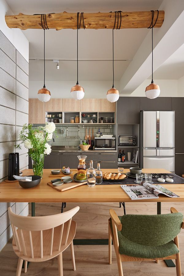 Cozinha integrada, branco, cinza, madeira.