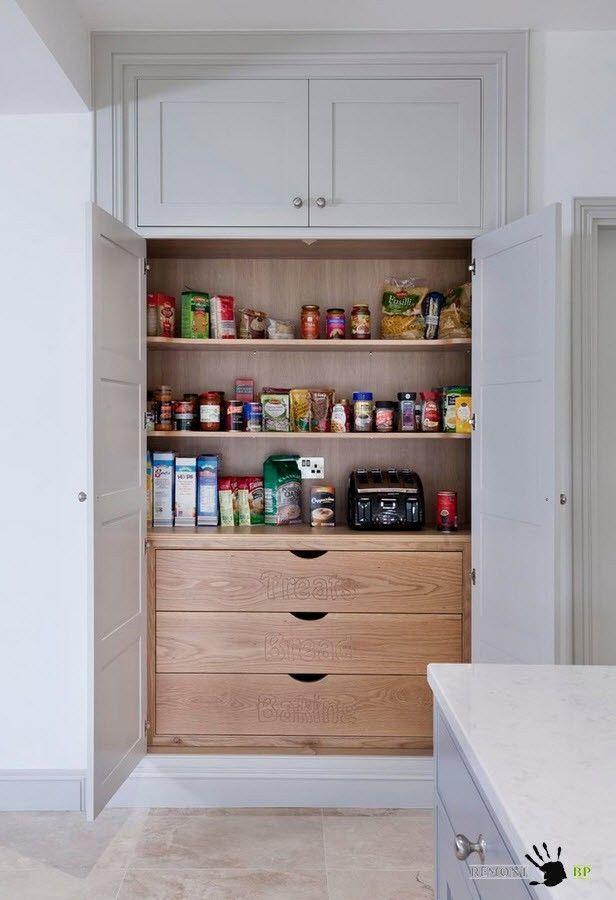 Вы можете выполнить внутреннюю часть шкафа-кладовой в том же цвете, что и фасады вашего кухонного гарнитура, а можете добавить контраста в светлое помещение кухни и оформить внутренние полки и выдвижные ящики в более темных тонах.