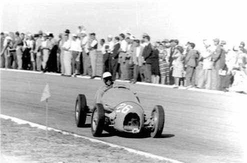 #26 Robert Manzon (F) - Gordini T16 (Gordini 6) rear wheel lost (8) Equipe Gordini