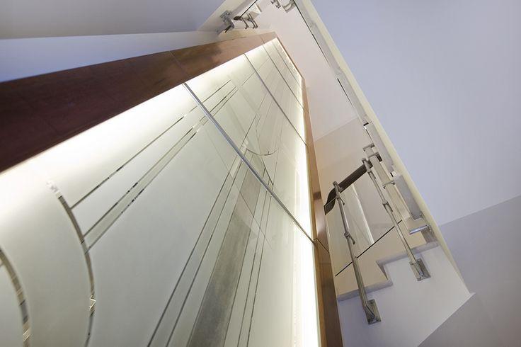 Лестница в проекте Резиденция Монолит. Лифтовая шахта оформлена витражом по авторским эскизам. Больше информации о проекте на сайте ital.ru