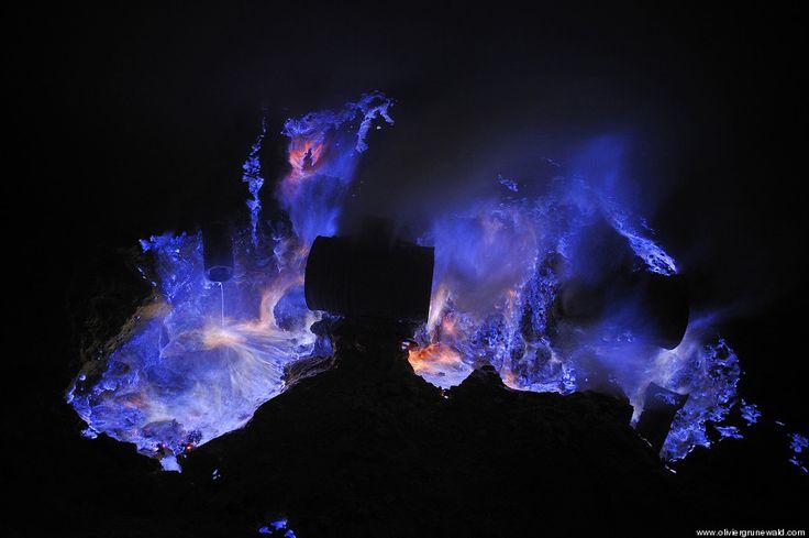 「青く光る溶岩」インドネシア火山(写真)