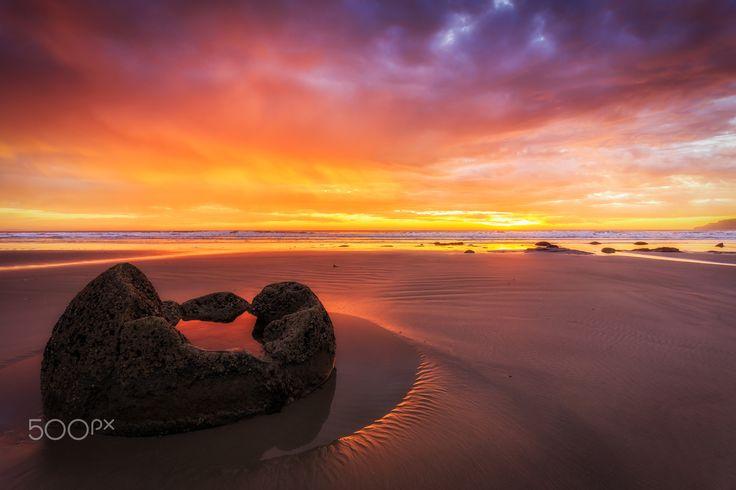 Moeraki Boulders - Moeraki Boulders, South Island of New Zealand. TomKli Photography