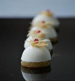 fresa & pimienta: Bombón de Panna Cotta de queso Stilton y pera.