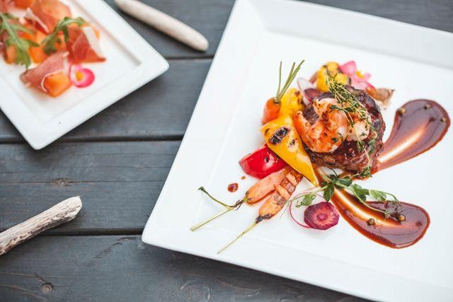 Liellopa filejas steiks ar tīģergarnelēm un ķiploku sviestu  Beef fillet steak with tiger prawns and garlic butter