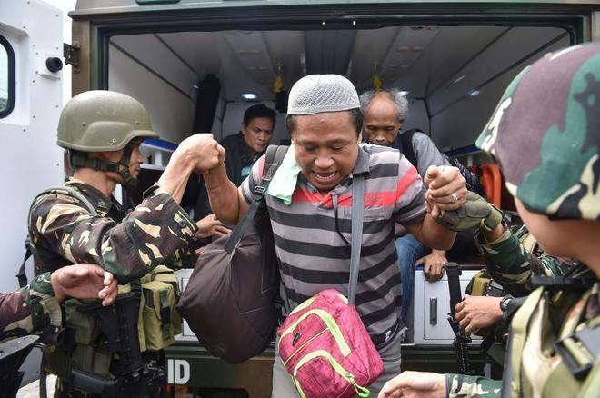 ] MANILA, Fhl. * 21 de junio de 2017. Notimex Combatientes islamistas de un grupo afín al Estado Islámico (EI) asaltaron hoy una escuela de educación primaria de una localidad de la sureña región filipina de Mindanao y tomaron como rehenes a varios civiles. Los hechos ocurrieron la noche de este...