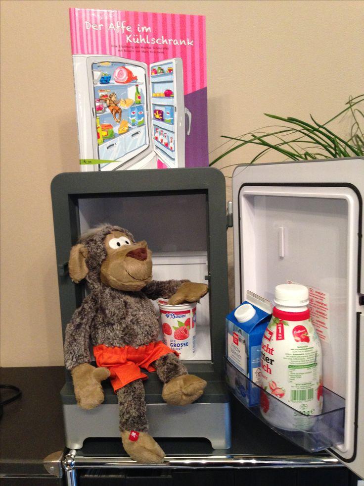 """Die Magie der Buchstaben wird Kindern im neuen Kinderbuch """" Der Affe im Kühlschrank"""" mit einer überraschenden Geschichte über einen Worterforscher und farbenfrohen Bildern in Szene gesetzt. Für Kinder ab 5 Jahre. ISBN 978-3-946301-03-5"""