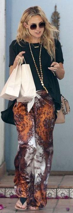 Who made  Kate Hudsons black tee, orange tie dye pants, gold jewelry, round sunglasses, black sandals, and nude chain handbag?