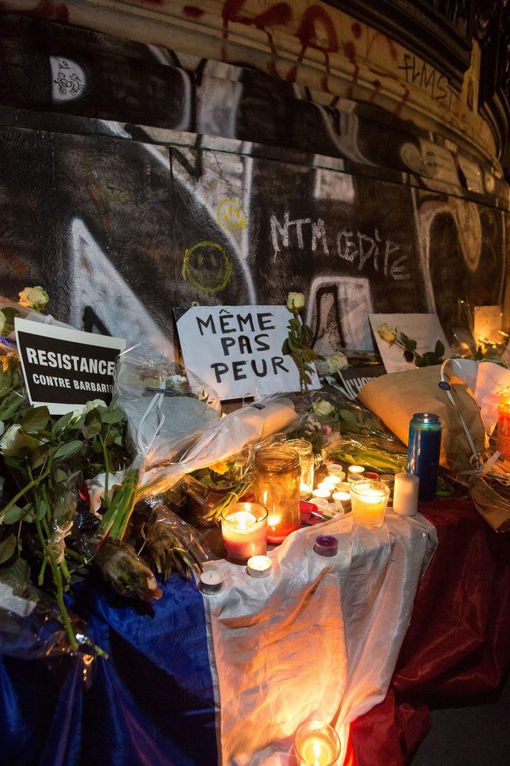 Les terribles attentats parisiens ont tué au moins 129 personnes, blessé au moins 352 autres et ont ému, choqué, attristé la planète entière. De la place de la République à New York, en passant par Londres, Rio de Janeiro ou Shanghai, le monde a tenu à rendre hommage aux victimes. Photos.