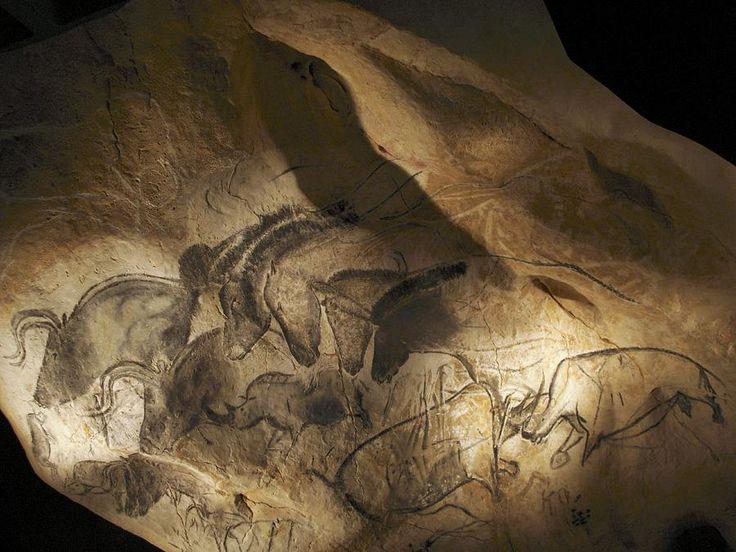 ancientdelirium: peintures rupestres âge de pierre.  Création représentant divers animaux peints sur le mur d'une grotte.  Ces peintures se trouvent dans la grotte Chauvet, en France, le site des premières peintures rupestres connues (à partir de 2011), qui ont été datés entre 32.900 et 30.000 ans.  (Via l'âge de pierre Cave Paintings, Chauvet, France par Javier Truebamsf)