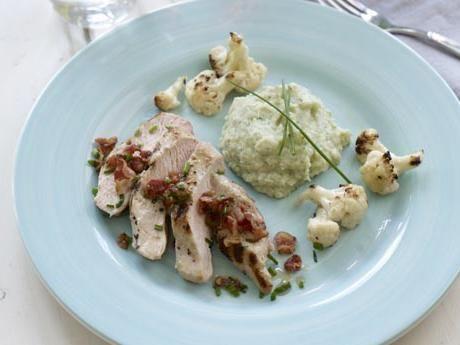 Grillad kyckling och blomkål med blomkålspuré och baconströssel