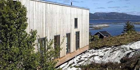 VEDLIKEHOLDSFRI: Denne hytta på Barøya i Åfjord kommune har vedlikeholdsfri kledning i malmfuru. Arkitektkontoret er Eggen arkitekter.
