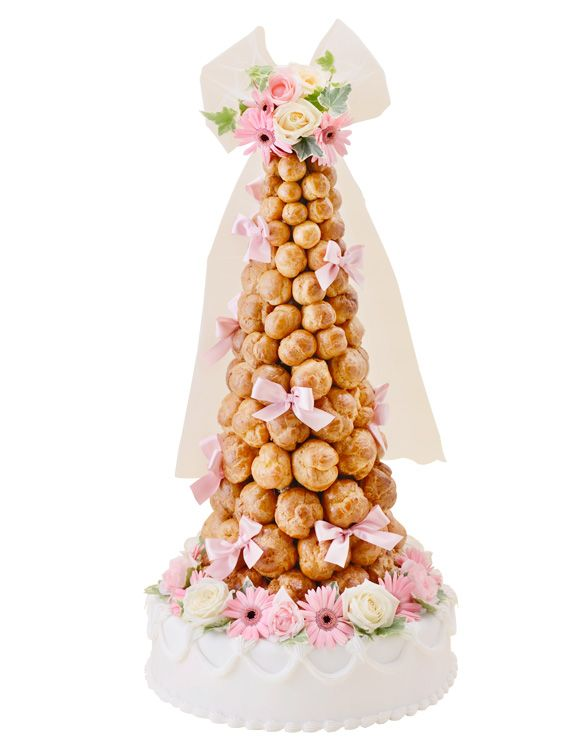 クロカンブッシュ(スタンダード・ウェディングケーキ)シューを積み上げたフランスの伝統的なウェディングケーキです。アニバーサリーではイミテーションでのご用意になりますが、お召し上がり用にシュークリームをお届け致します。