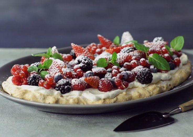 Pavlova med sommerbær - utrolig flot dessert - find opskrift her