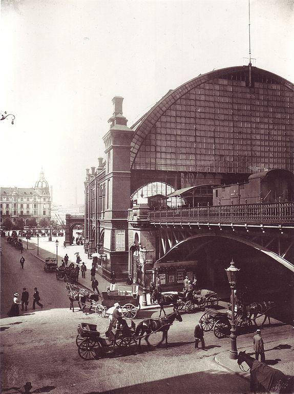 1898 Berlin - Links Georgenstraße, rechts Hochbahnhof Friedrichstraße, im Vordergrund Friedrichstraße.