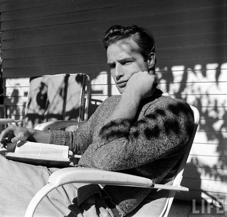 ¡Buenos días! (Marlon Brando se prepara para su debut cinematográfico en la película «Hombres», de Fred Zinnemann, 1950. Foto de Edward Clark. Archivo de LIFE.) https://www.veniracuento.com/