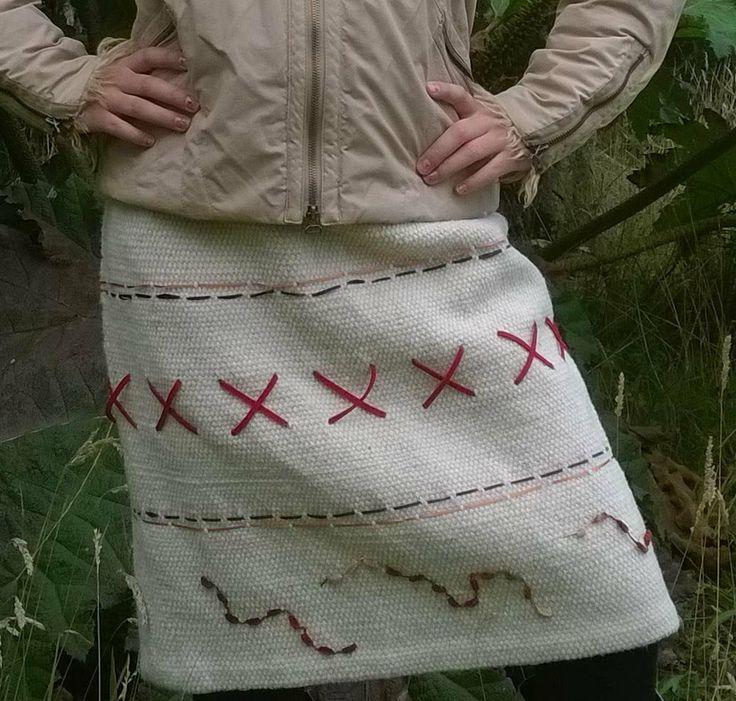 Falda confeccionada en telar mapuche, en lana natural, con aplicaciones de gamuza y eco cuero.