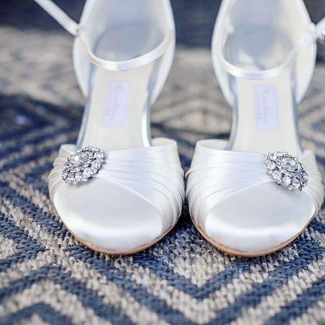 '' Assepoester is bewijs dat een nieuw paar schoenen het leven kan veranderen ''. #bruidsfotograafnederland #trouwschoenen #rainbowweddingshoes #weddingwednesday #bruiloft #trouwen #klaarmakenvoordebruiloft #ctfbruid