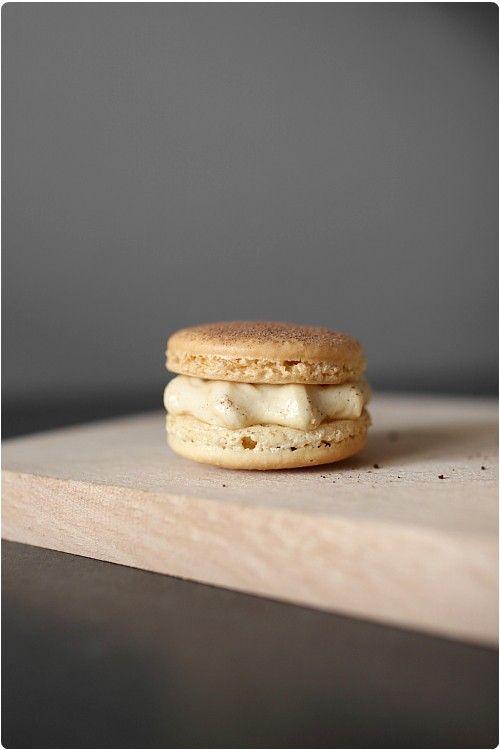 Tout ce que vous devez savoir pour réussir de magnifiques macarons facilement. Vidéo explicative, trucs et astuces, ustensiles indispensables...