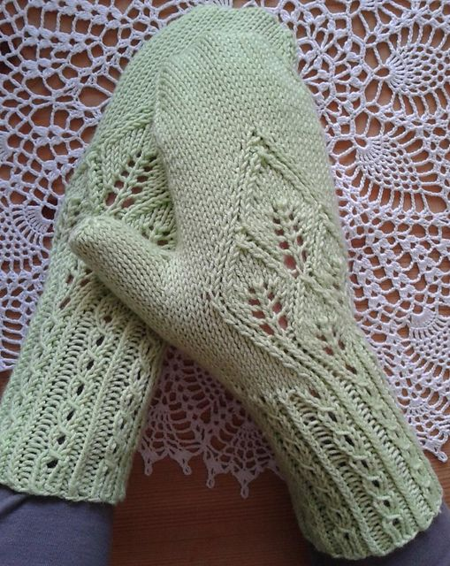 Ravelry: Mittens (or fingerless mitts) with Leaves pattern by Rahymah