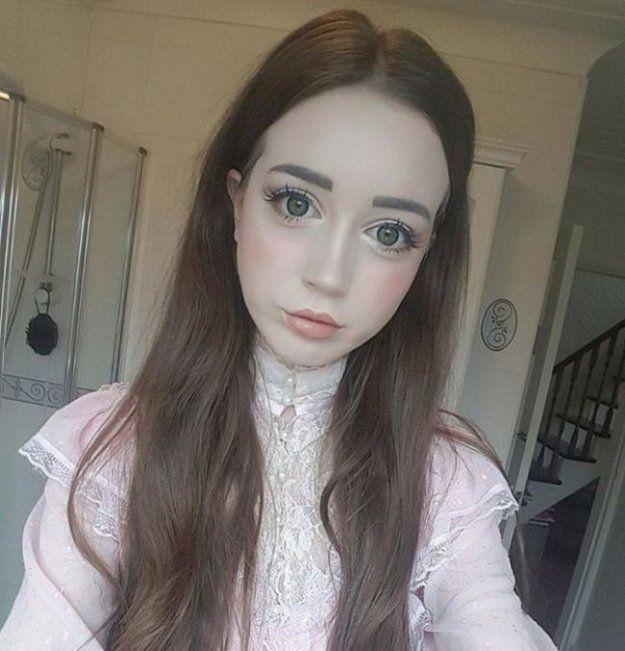 Британская студентка стала похожей на куклу, но так и не смогла найти парня