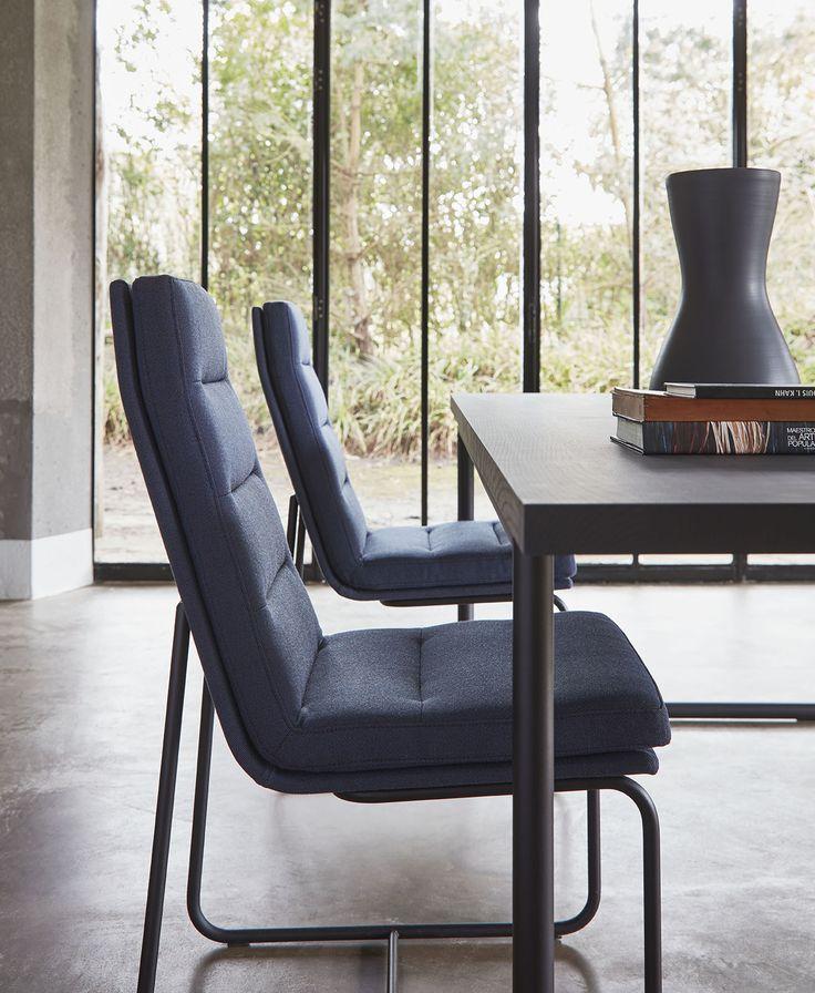 De eetkamerstoel 7854 van Remy Meijers heeft de mogelijkheid om het zitkussen apart te laten bekleden. Je kan combineren met stof en leer of met kleuren, wat jij wilt. En het onderstel kan in 4 RAL kleuren, dus past altijd bij jouw keuze.