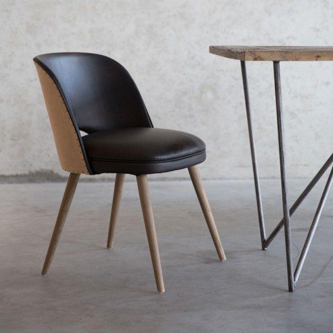 Leren eetkamer stoel met houten eettafel