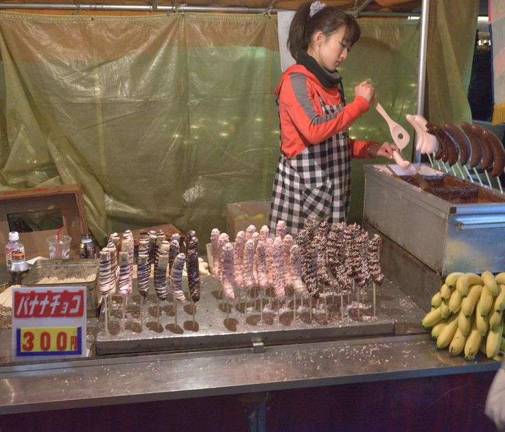 Dozens of choco bananas are available at a pushcart vendor on Omotesando Street during New Year holidays.