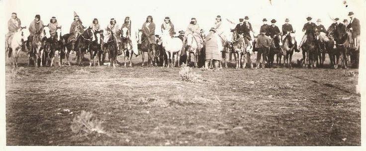 Tehuelches portando la bandera argentina (1899)
