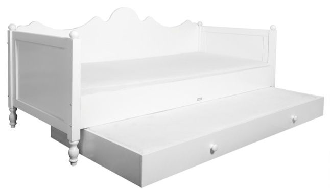Die Bettschublade auf Rollen passt unter das Bett und die Bettbank der Serie Belle von Bopita. Sie bietet einen sehr schönen unteren Abschluss des Bettes und z