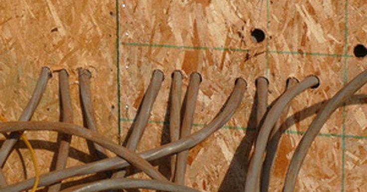 Tamaño del calibre del cable y capacidades de amperaje. El cableado eléctrico para los hogares puede variar en tamaño, el cual es medido como calibre. Las mediciones de calibre van desde cero a 40, con algunos tamaños más gruesos: 00, 000 y 0000. Cuanto menor sea el número, más grueso es el cable y los amperios superiores.