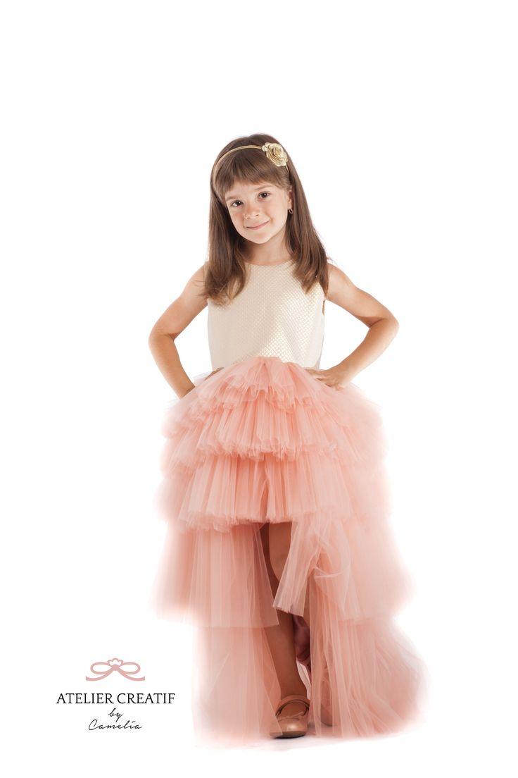 Royal Dress este o rochie din Tull și brocart într-o creație luxoasă care poate fi purtată de domnișoarele cu multă personalitate și care sunt născute să pășească pe covorul roșu al oricărui eveniment.  Obligatorii la această ținută sunt accesoriile de păr și pantofii de cristal.