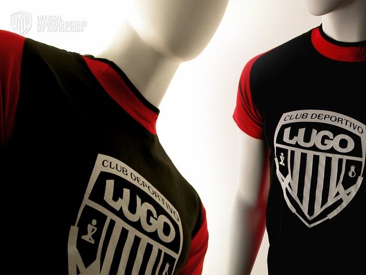 T-Shirt Brook Negra/Roja    La camiseta T-Shirt Brook Negra/Roja del Club Deportivo Lugo es de alta calidad, unisex, bicolor con manga reglan y apertura lateral en el cuello, 100% algodón, peinado y pre-encogido en punto liso.    Esta camiseta es serigrafiada en la parte central del pecho con el escudo del Club Deportivo Lugo en color blanco. En la espalda en la parte de la nuca el mismo escudo en una escala mas pequeña en rojo.