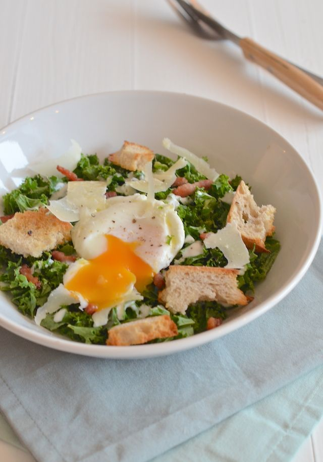 Dit is zo lekker, een caesar salade van boerenkool met spek en een gepocheerd ei.