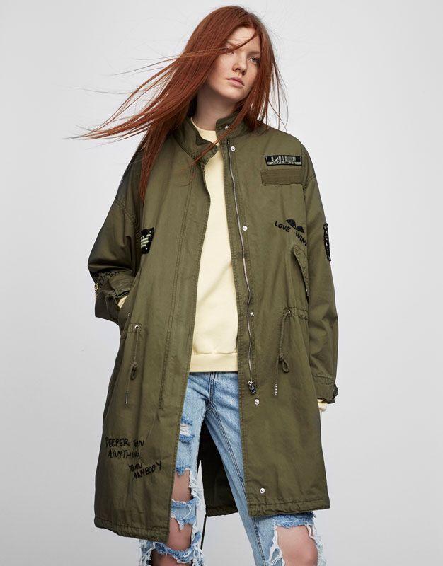 Длинная куртка сафари с вышивкой - Пальто и куртки - Одежда - Для Женщин - PULL&BEAR Российская Федерация